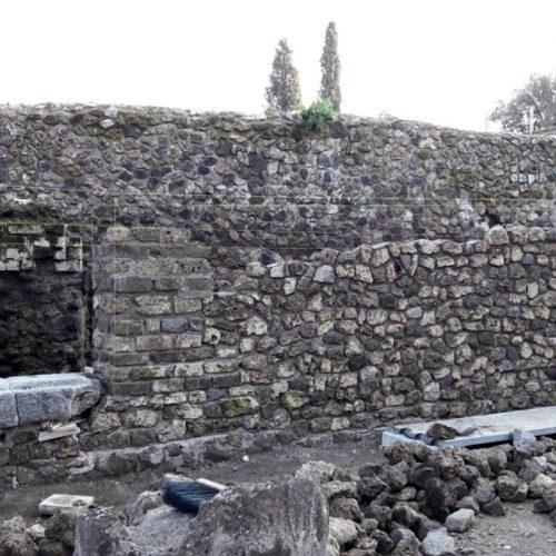 Parco archeologico di Pompei - Tempio di Iside - Ricostruzione muro in corso