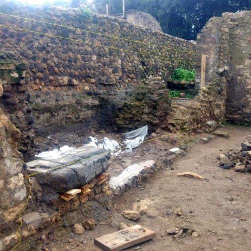 Parco archeologico di Pompei - Tempio di Iside - Ricostruzione muro - Pulizia del piano di posa
